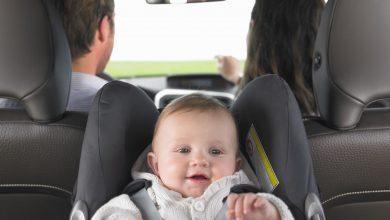 beba djecak u autu sjedalica