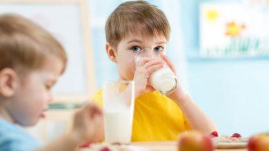 dijete djecak pije mlijeko