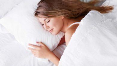 djevojka zena krevet spavanje
