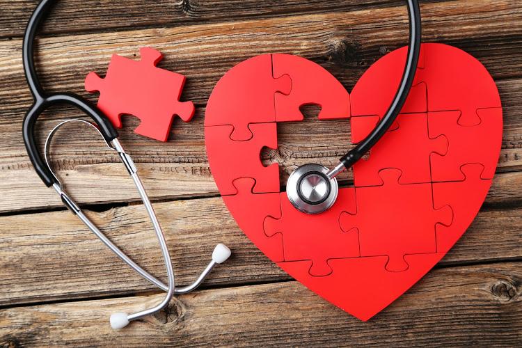 Slomljeno srce zaista postoji: Koji su simptomi i načini liječenja?