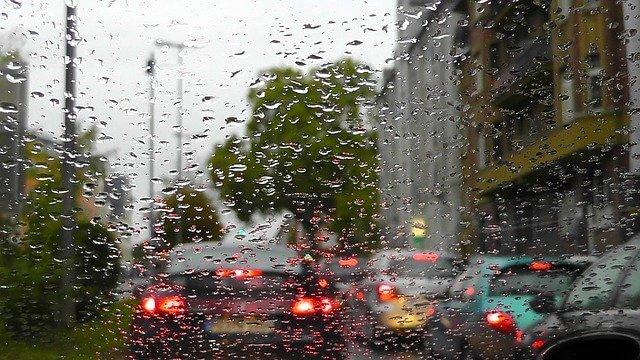 Pogled kroz staklo automobila dok pada kiša
